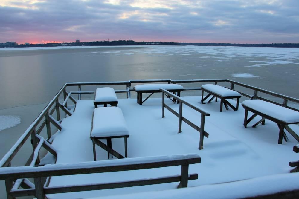 ヘルシンキの冬、雪が積もった海辺の絨毯洗い場