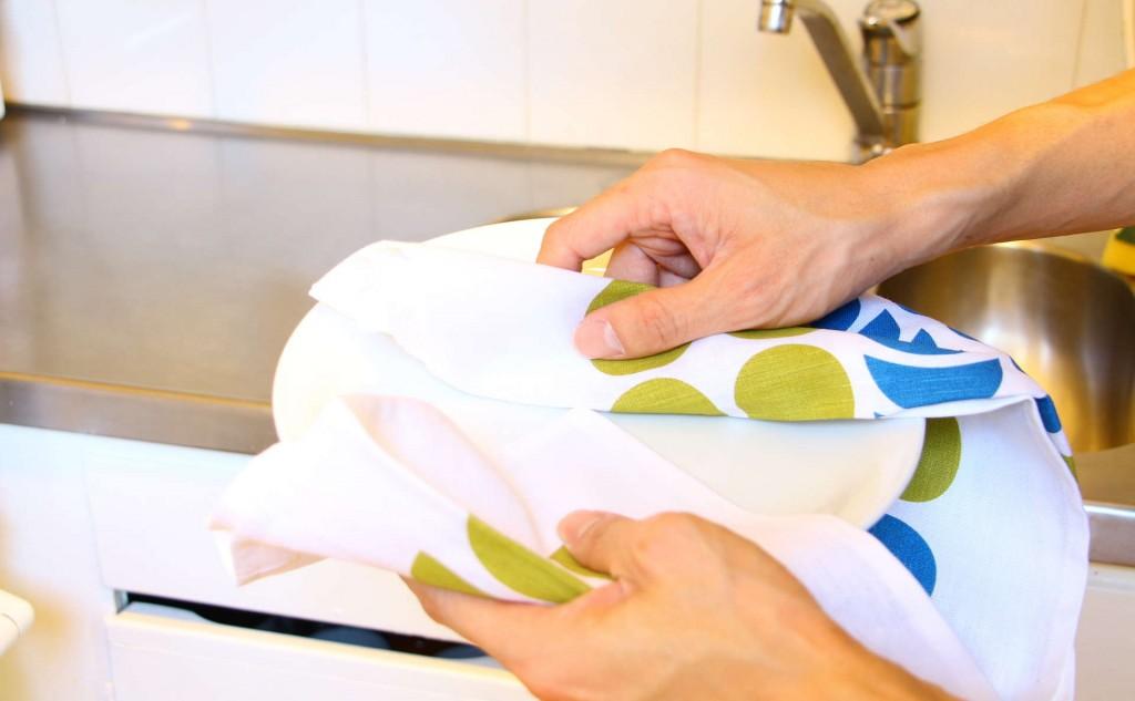 キッチンタオルDekorando Kimara ブルーグリーンでお皿を拭く
