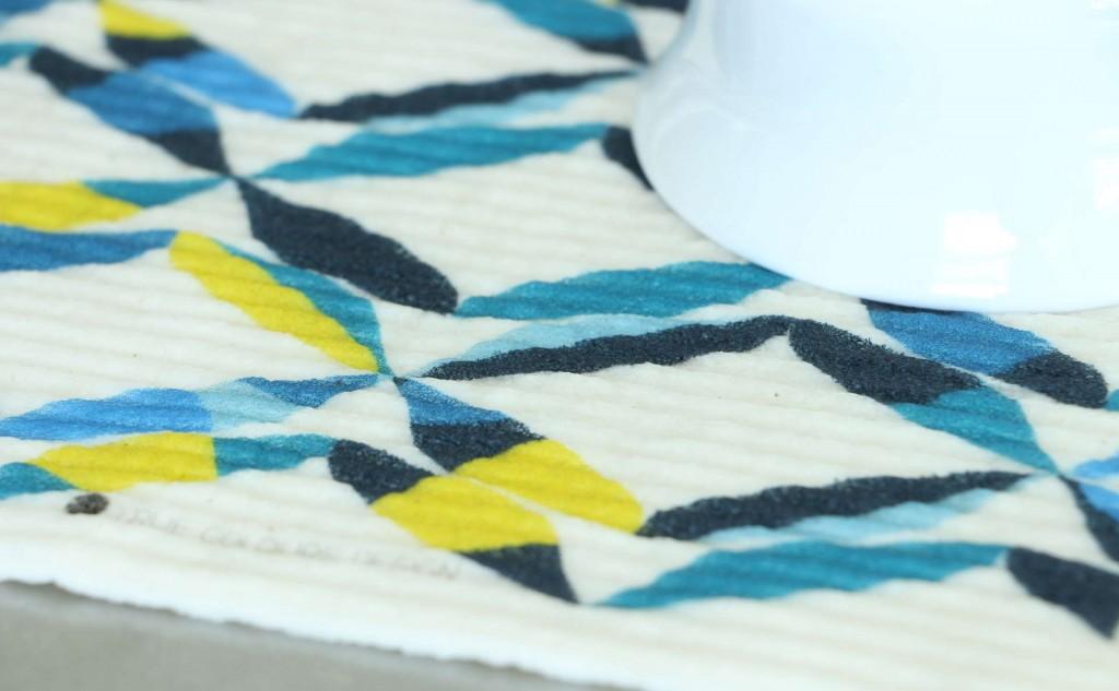 スポンジワイプTrue Colours Design TIVOLIと湯呑みの拡大写真2