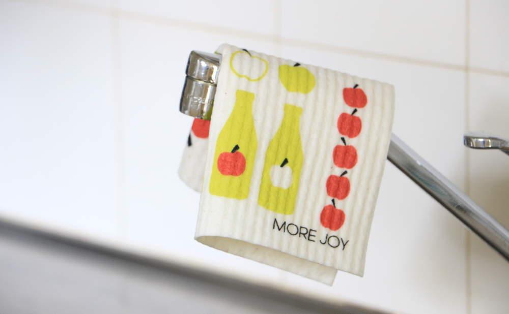 スポンジワイプMore Joyアップルジュースを蛇口にかける