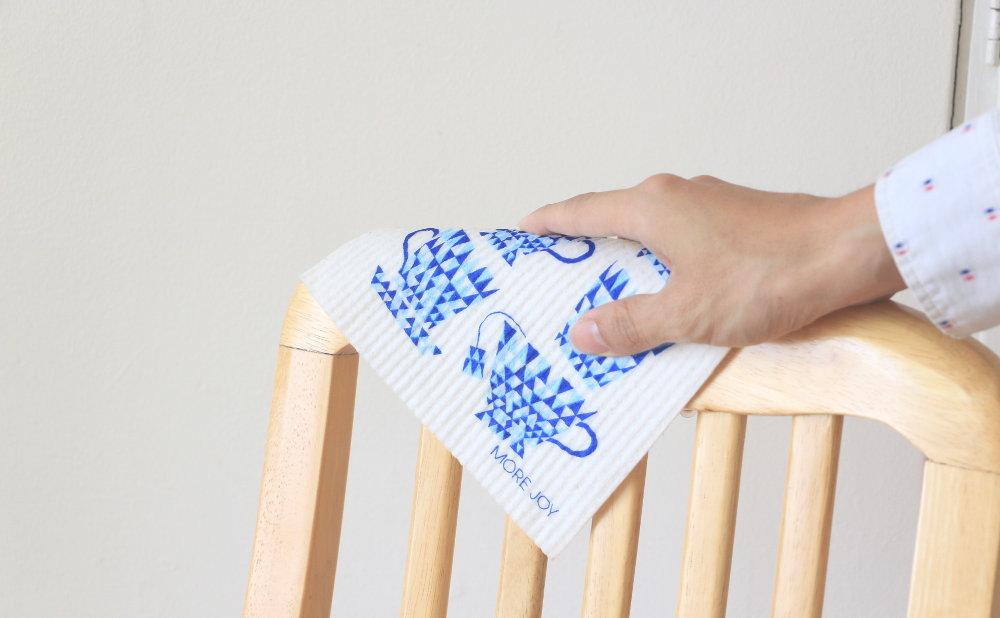 スポンジワイプMore Joyブルーティーカップで椅子を拭く
