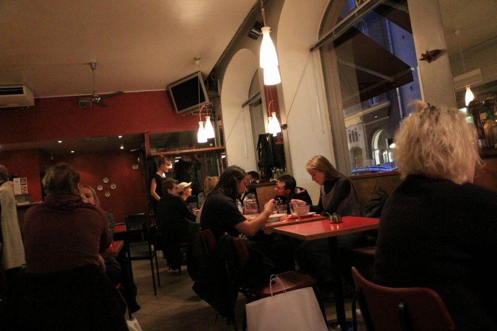 ヘルシンキのレストランCafe Bar No. 9で食事と会話を楽しむ現地人