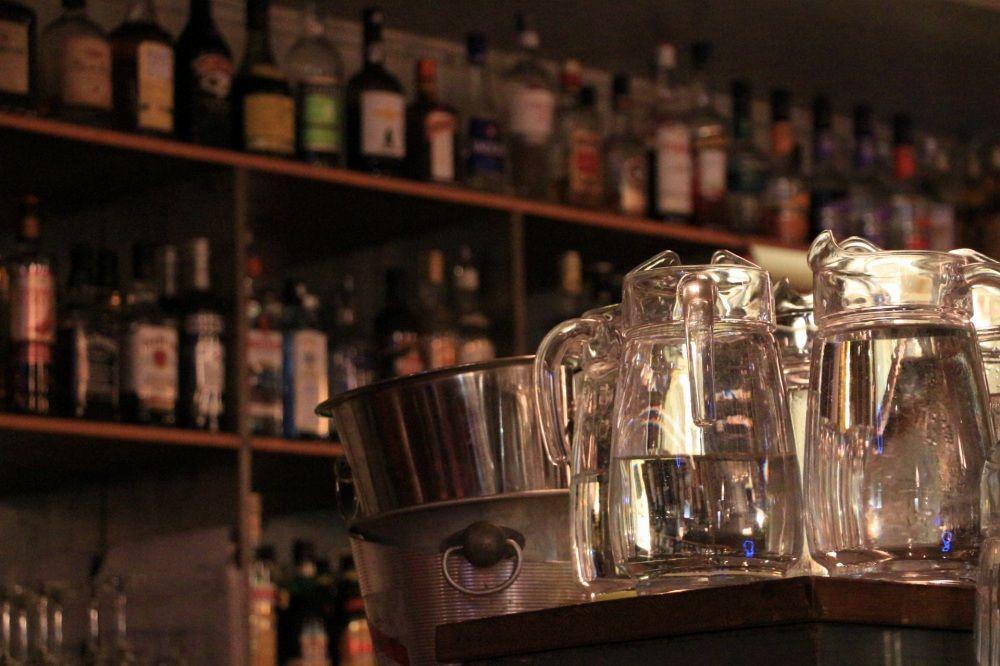 ヘルシンキのレストランCafe Bar No. 9の水コーナー