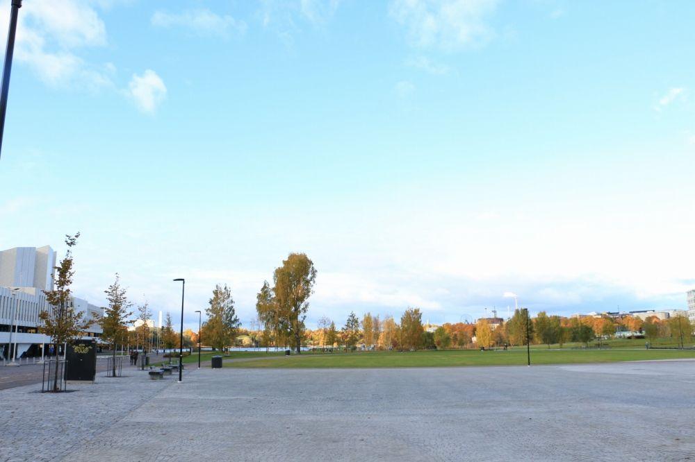 フィンランディアホールと鉄道線路の間にある公園