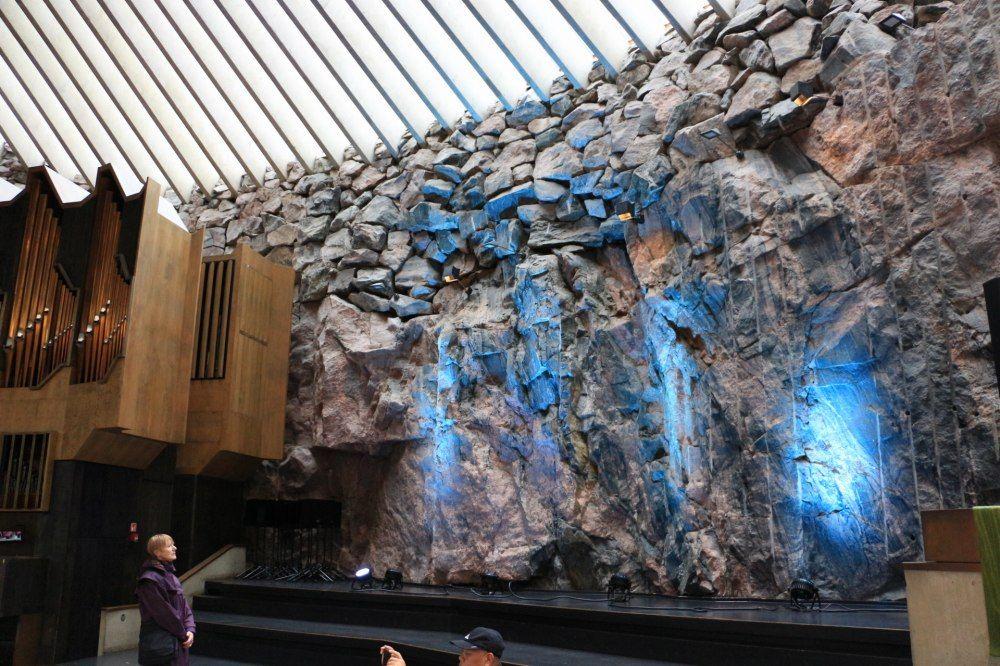 石の教会Temppeliaukion kirkko内部のライトアップ