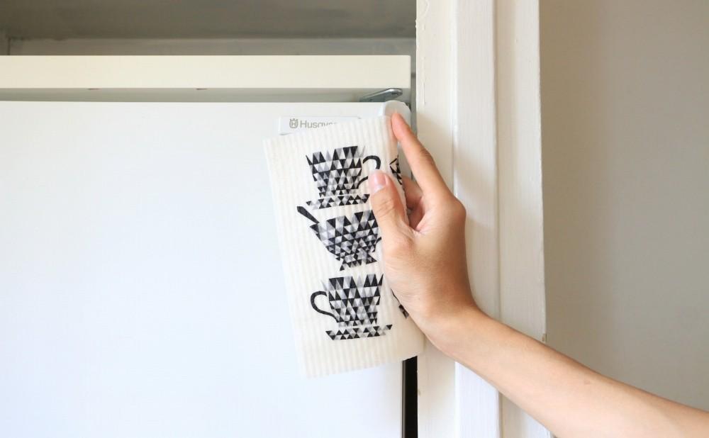 スポンジワイプMore Joyブラックティーカップで冷蔵庫を拭く
