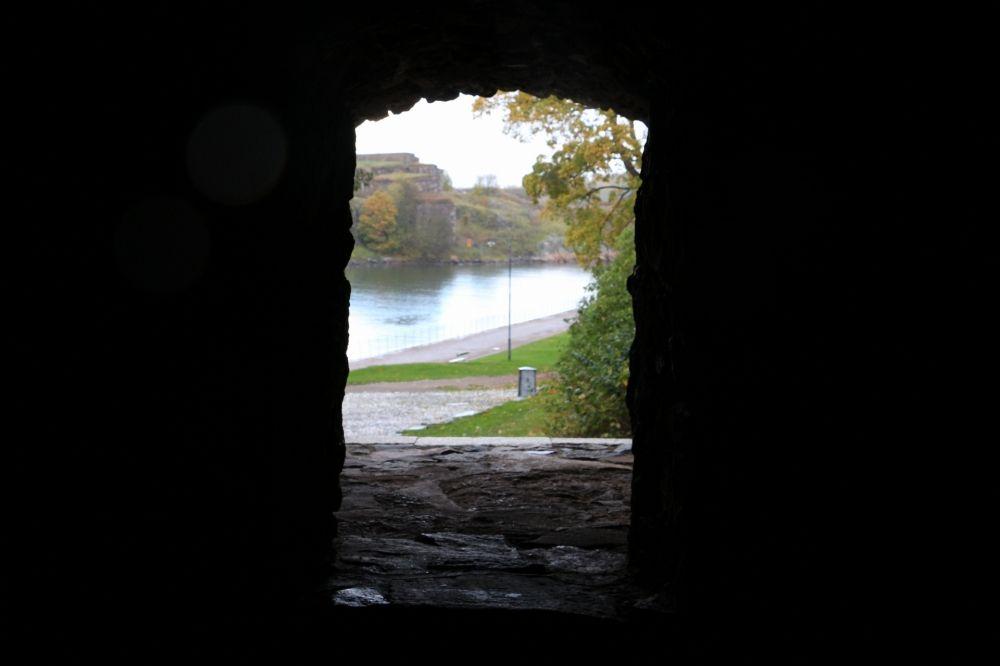 スオメンリンナの城の窓から見る風景