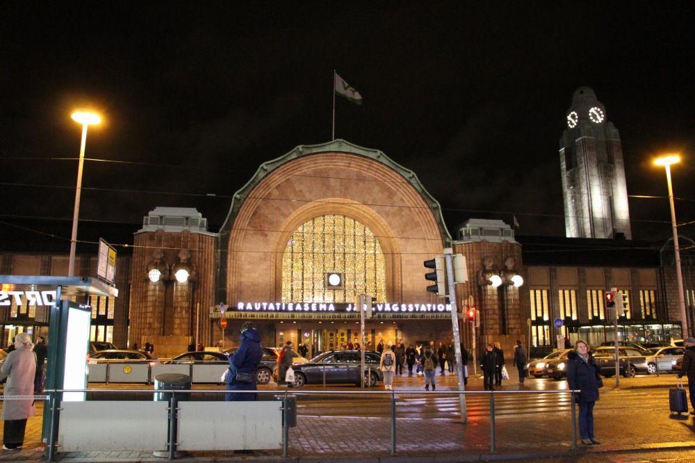 夜のヘルシンキ中央駅正面