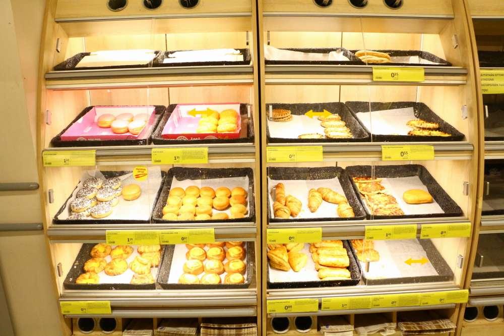 フィンランドのスーパーの焼きたてパンコーナー