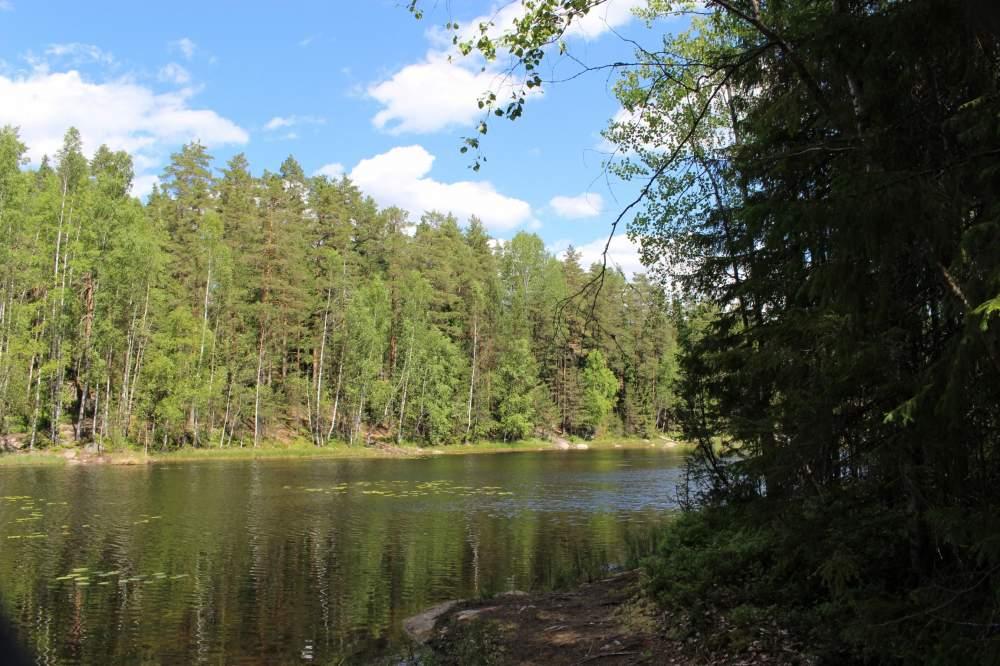ヌークシオ国立公園の湖と青空
