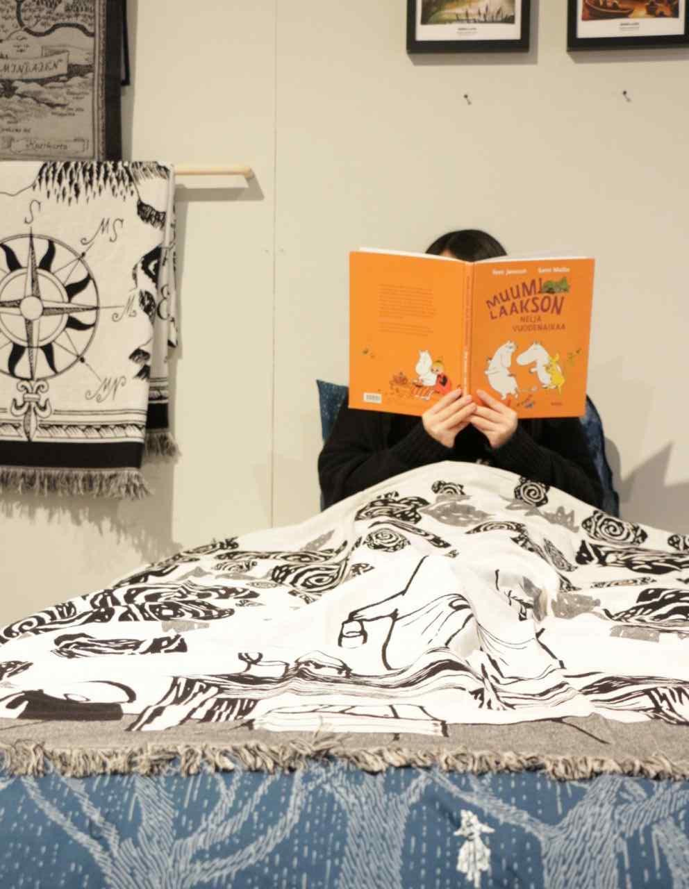 フィンレイソンブランケットムーミンママとローズガーデン2017を使ってベッドで読書