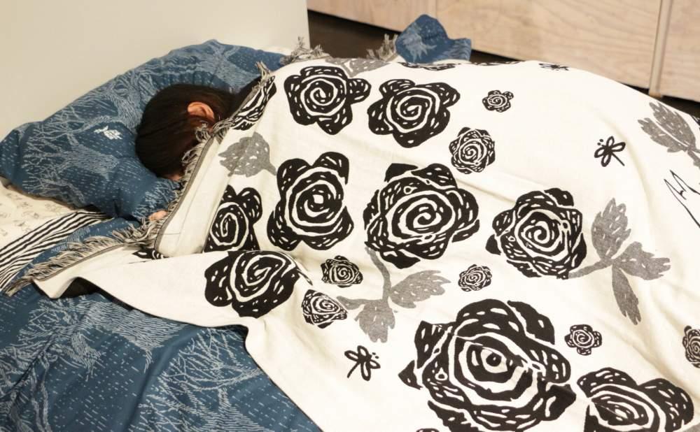 フィンレイソンブランケットムーミンママとローズガーデン2017ベッドで寝る