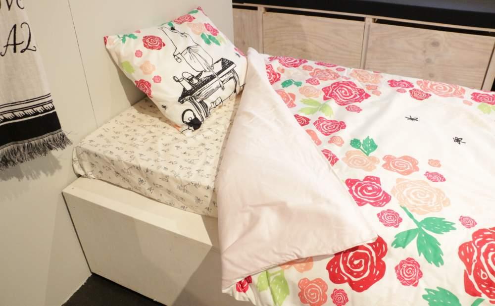 フィンレイソン掛け布団枕カバーセットムーミンママとローズガーデン2017のベッドに入る直前イメージ画像