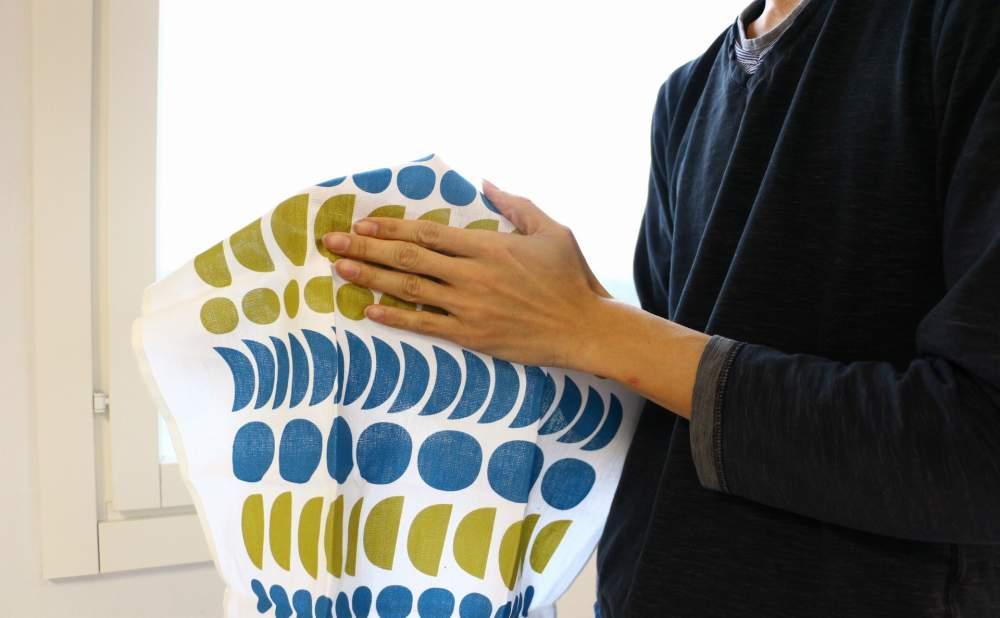 キッチンタオルDekorando Kimara ブルーグリーンで手を拭く
