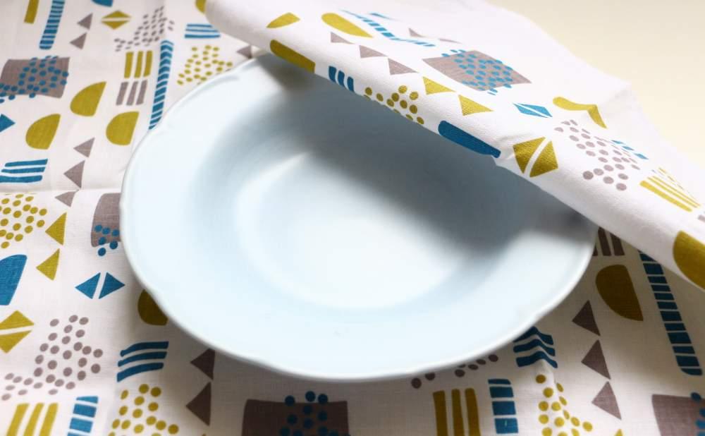 キッチンタオルDekorando Ohtoブルーグリーンとお皿