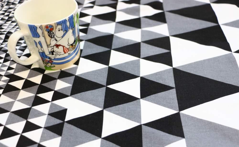 キッチンタオルMore Joyホリソントブラックとマグカップ