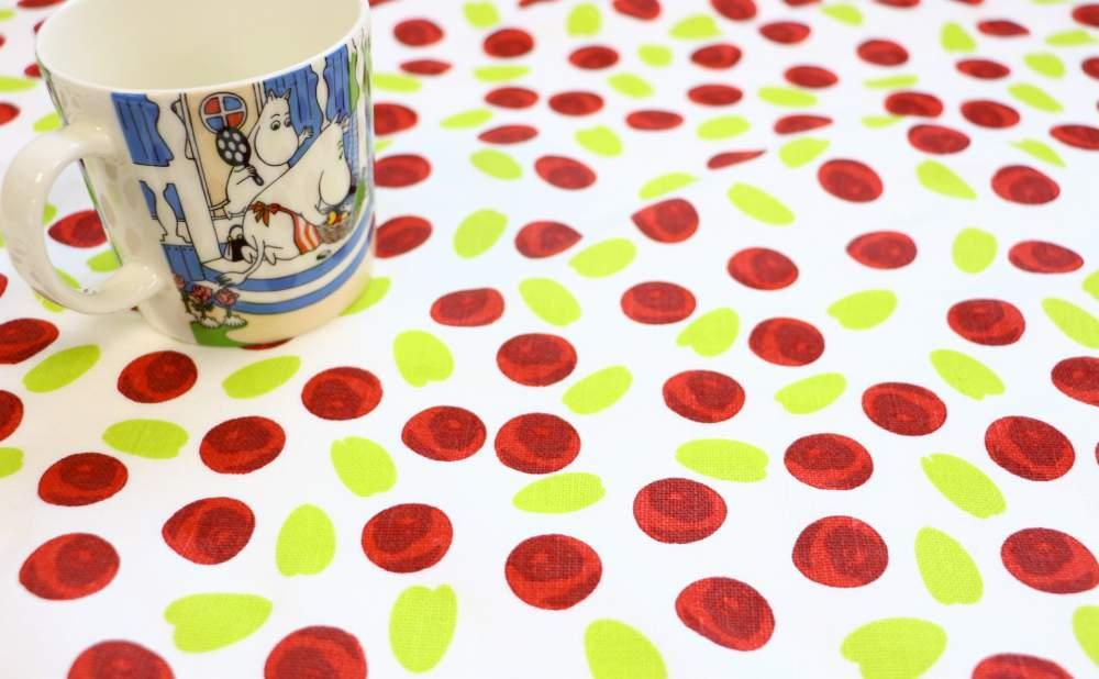 キッチンタオルMore Joyリンゴンベリーとマグカップ