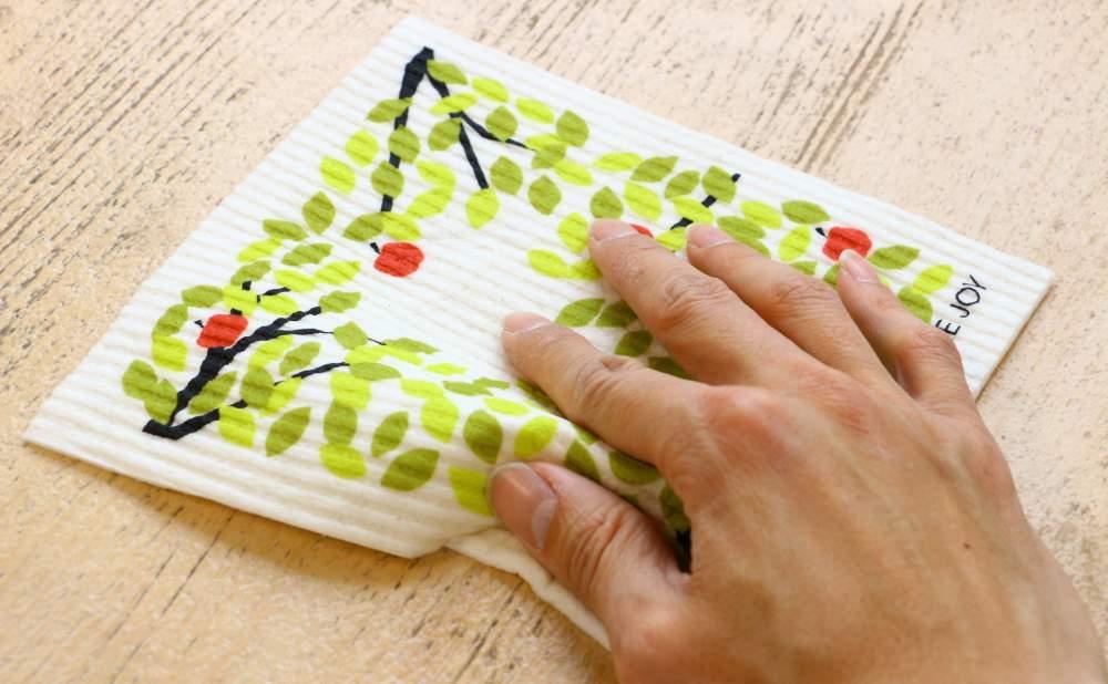 スポンジワイプMore Joyアップルツリーでテーブルを拭く