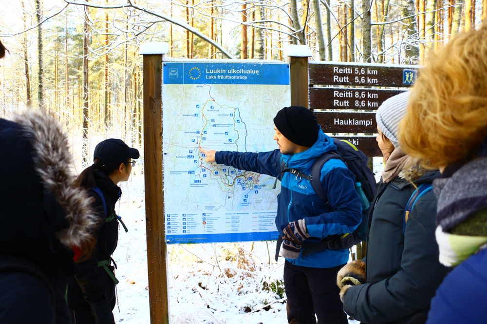 仲間がLuukkiのハイキングルートを説明