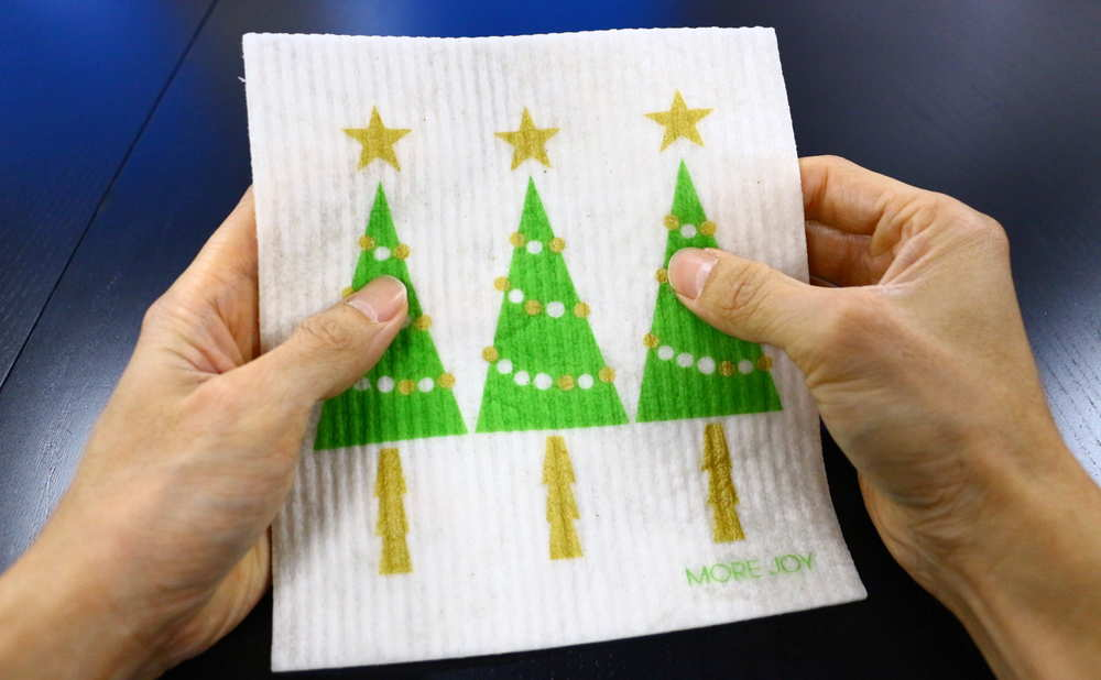 スポンジワイプMore Joyブローズンクリスマスツリーを両手で持つ写真