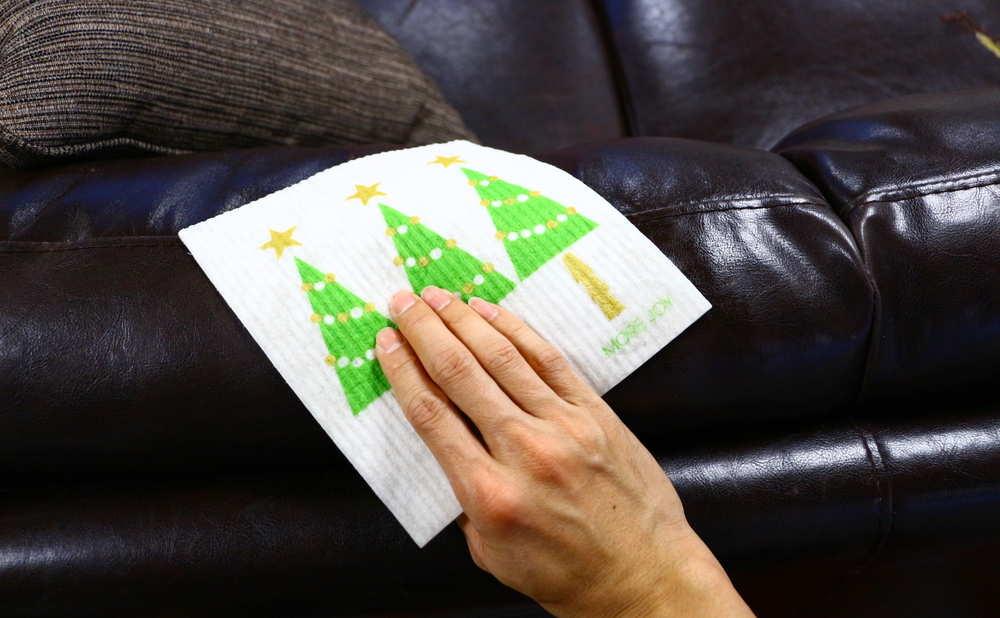 スポンジワイプMore Joyブローズンクリスマスツリーでソファーを拭く