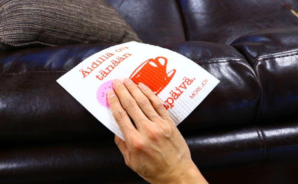 スポンジワイプMore Joyアイディンヴァパーパイヴァでソファーを拭く