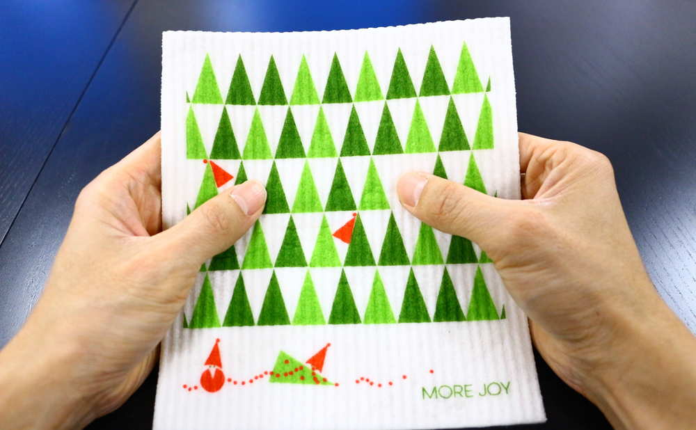 スポンジワイプMore Joyストールンクリスマスツリーを両手で持つ