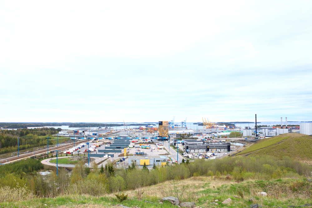 ヘルシンキVuosaarenhuippu丘の頂からみるヘルシンキの工業港